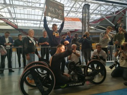 Onvoorstelbaar nieuw werelduurrecord handbiking van Paralympisch- en meervoudig Wereldkampioen Jetze Plat met 44.749 km